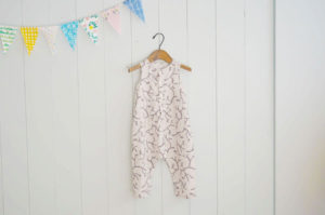『小さな子どもの手づくり服』からヘンリーネックロンパースを作りました!