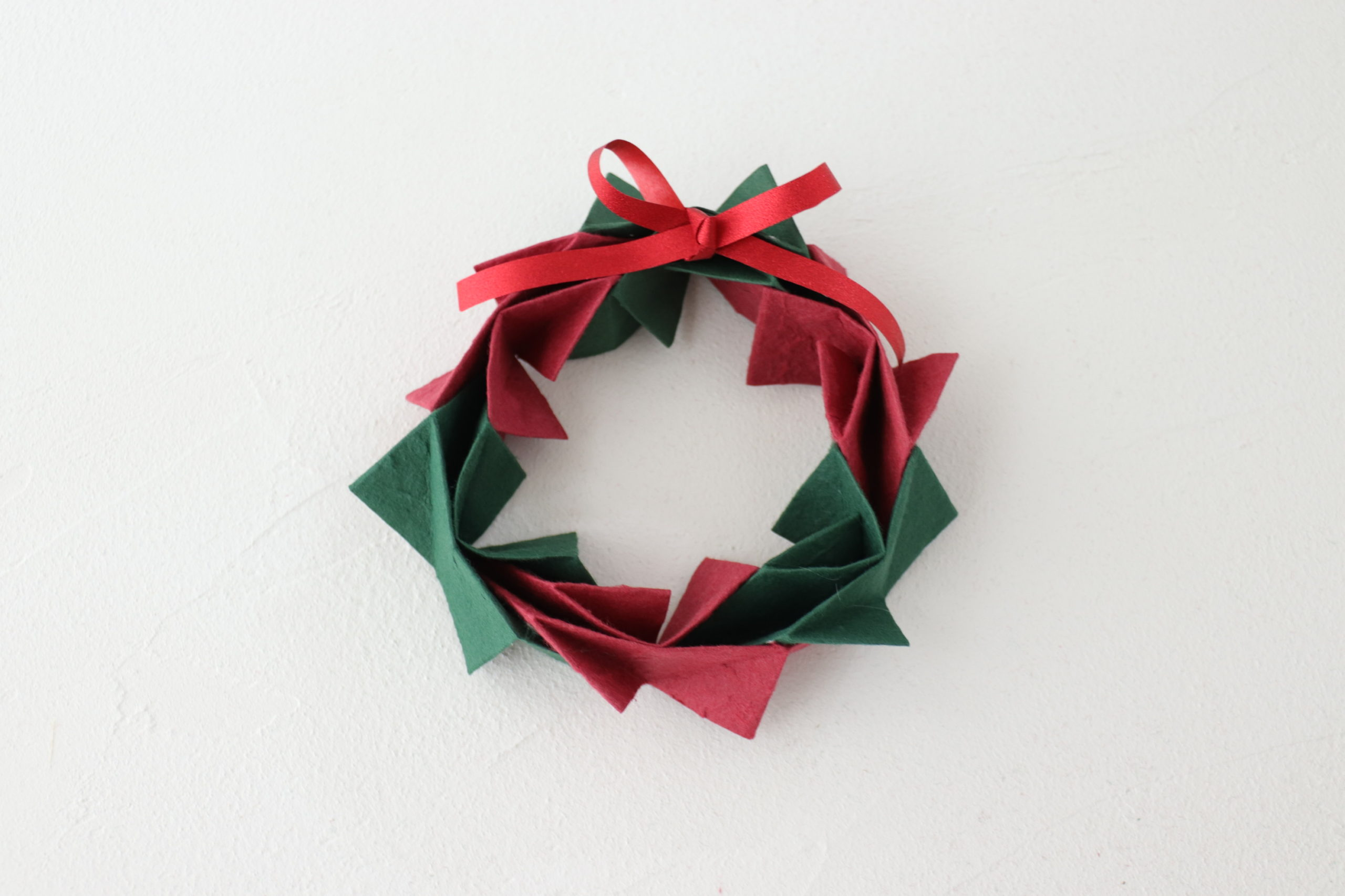 15分で完成!ラッピングペーパーを使ったクリスマスリースの作り方